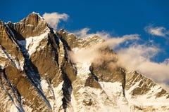 Lhotse, nivelando a opinião do por do sol de Lhotse e de nuvens imagem de stock royalty free