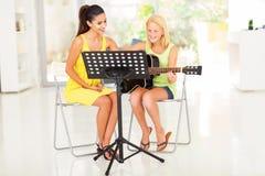 Lição da guitarra da menina Fotos de Stock
