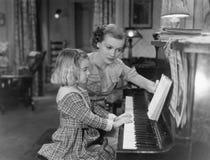 Lição de piano (todas as pessoas descritas não são umas vivas mais longo e nenhuma propriedade existe Garantias do fornecedor que Imagens de Stock Royalty Free