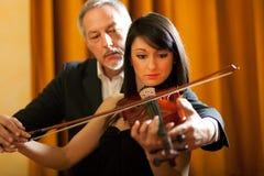 Lição de violino imagens de stock