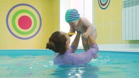 Lição nadadora infantil com instrutor vídeos de arquivo