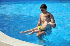 Lições da natação Fotografia de Stock Royalty Free