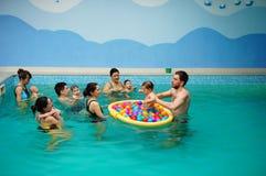Lições da natação do bebê foto de stock royalty free