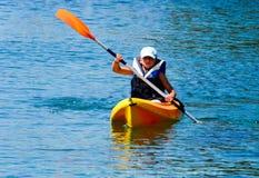 Lições Kayaking Menino com o terno da boia de vida no duri das lições do caiaque Imagens de Stock Royalty Free