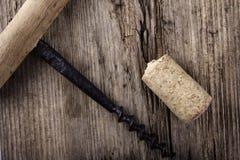 Liège de tire-bouchon et de vin de vintage sur le macro plan rapproché extérieur en bois Photo libre de droits