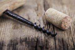 Liège de tire-bouchon et de vin de vintage sur le macro plan rapproché extérieur en bois Image libre de droits