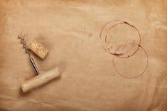 Liège et tire-bouchon avec des taches de vin rouge Photographie stock