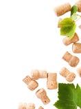 Lièges datés de bouteille de vin sur le fond blanc images stock