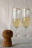 Lièges de Champagne et verres de champagne Photos stock