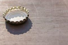 Lièges de couronne au soleil sur le fond en bois avec l'espace de copie photo libre de droits