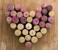 Lièges de vin dans une forme de coeur Photos stock