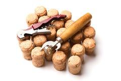 Lièges et ouvreurs de vin d'isolement sur le fond blanc photographie stock libre de droits