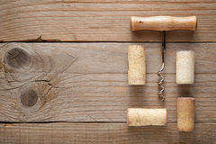 Lièges et tire-bouchon de vin photographie stock libre de droits