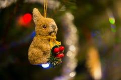 Lièvres avec les baies rouges les décorations de copie de Noël orientent l'arbre rouge de l'espace de grand ornement d'or Photographie stock libre de droits