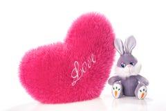 Lièvres de jouet et oreiller en forme de coeur Photos stock