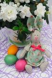 Lièvres de Pâques avec des oeufs Images libres de droits