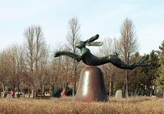 Lièvres sur la cloche sur les piliers en pierre de Portland par Barry Flanagan au jardin de sculpture de Minneapolis photographie stock