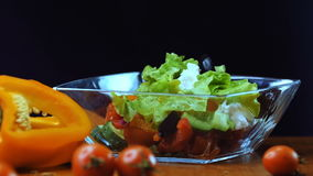 Liście sałata spadają w szklanego puchar zbiory