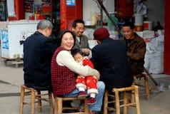 Li ein Dorf, China: Familien-Spielkarten Stockbilder