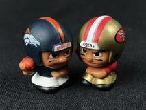 Li ` l lagkamrater Toy Figures Broncos vs 49ers Royaltyfri Bild