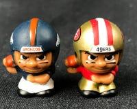 Li ` l lagkamrater Toy Figures Broncos vs 49ers Royaltyfri Fotografi