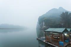 Li River-Landschaftsanblick mit Booten Stockfotografie