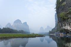 Li River-Landschaftsanblick mit Booten Lizenzfreies Stockbild