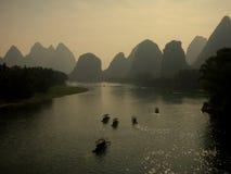 Li River med berglandskap Royaltyfri Fotografi
