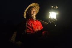 Li River - Xingping, China Cerca do janeiro de 2016 - um pescador obtém sua lâmpada pronta para sair pesca na noite Fotos de Stock