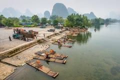 Li-rivierkarst berglandschap in Yangshuo, China stock foto's
