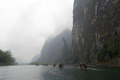 Li rzeka, Guilin, Chiny, 22th, Marzec, 2014, łodzie żegluje w Li rzece Zdjęcie Stock