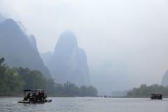 Li rzeka, Guilin, Chiny, 22th, Marzec, 2014, łodzie żegluje w Li rzece Zdjęcia Royalty Free