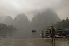 Li rzeka, Guilin, Chiny, 22th, Marzec, 2014, barkarzy stojaki na Zdjęcie Royalty Free