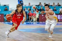 Li Yuan e Rui Machida na ação durante o fósforo de basquetebol CHINA contra JAPÃO imagens de stock