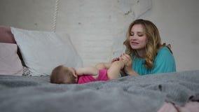 Liaison affectueuse de mère avec l'enfant infantile banque de vidéos