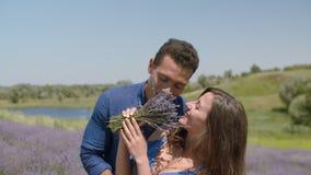 Liaison aimante de couples dans le domaine de floraison de lavande banque de vidéos