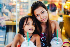 Liaison heureuse de deux soeurs dans un café, soeurs refroidissant dans le café Photos libres de droits