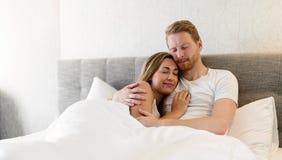 Liaison romantique de couples dans le lit Image stock