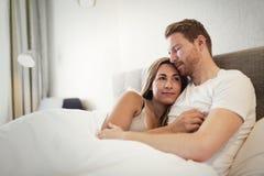 Liaison romantique de couples dans le lit Photos stock