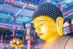 LIAONING, CHINA - 3. August 2015: Budda-Statue an Guangyou-Tempel Stockbild