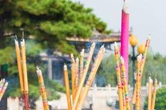 LIAONING, CHINA - 3 de agosto de 2015: Varas do incenso no templo de Guangyou Fotos de Stock