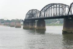 LIAONING, CINA - 28 luglio 2015: Ponte di short del fiume Yalu un famoso Fotografia Stock Libera da Diritti
