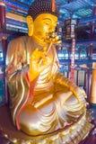 LIAONING KINA - Augusti 03 2015: Budda staty på den Guangyou templet Royaltyfri Foto