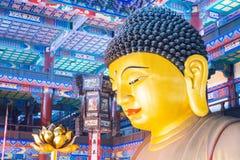 LIAONING KINA - Augusti 03 2015: Budda staty på den Guangyou templet Fotografering för Bildbyråer