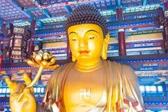 LIAONING KINA - Augusti 03 2015: Budda staty på Guangyou tempel S Arkivbilder
