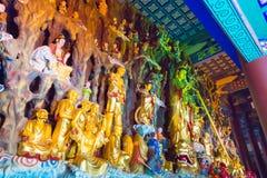LIAONING KINA - Augusti 03 2015: Budda statyer på den Guangyou templet Arkivfoton
