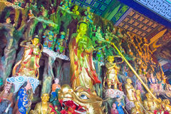 LIAONING KINA - Augusti 03 2015: Budda statyer på den Guangyou templet Royaltyfria Bilder