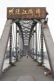 LIAONING KINA - Juli 28 2015: Yalu River kortslutningsbro ett berömt royaltyfri bild