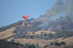 Libération de lutte contre l'incendie aérienne d'avions ignifuge photographie stock libre de droits