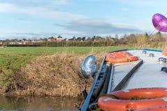 Libération des ballons d'hélium d'un bateau Photo libre de droits